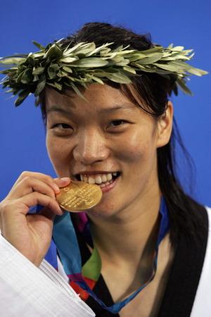图文:女子67公斤级跆拳 陈中品尝金牌滋味