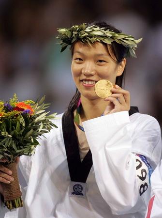 图文:女子67公斤级跆拳 陈中展示金牌