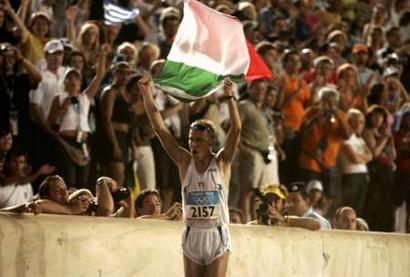图文:马拉松意大利选手夺冠 跑进赛场