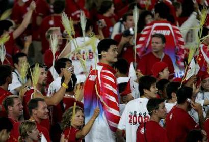 图文:雅典奥运会闭幕式 姚明鹤立鸡群