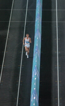 图文:马拉松比赛 意大利选手第一个跑进体育场