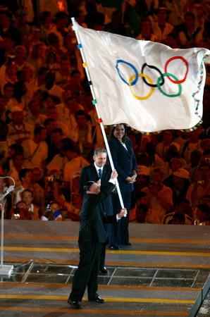 图文:奥运会闭幕式 王岐山从罗格手中接过会旗