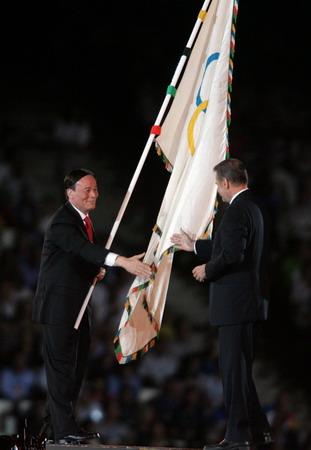 图文:奥运会闭幕式 王岐山接过会旗与罗格握手