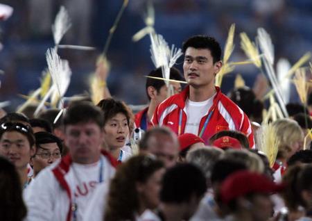 图文:奥运会闭幕式 姚明和叶莉在人群中
