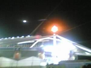 图文:圣火与月亮齐辉