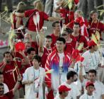 图文:奥运会闭幕式 姚明手挽叶莉看表演