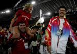 图文:雅典奥运会闭幕式 与姚明试比高