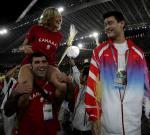 图文:雅典奥运会闭幕式 与姚明试比高2