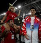 图文:雅典奥运会闭幕式 与姚明试比高3