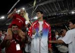 图文:雅典奥运会闭幕式 与姚明试比高4