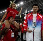 图文:雅典奥运会闭幕式 与姚明试比高5