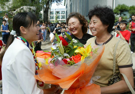 图文:奥运冠军罗微回母校