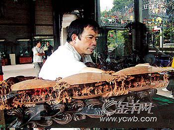 """创新木雕作品""""三蚌通雕人物山水图"""""""