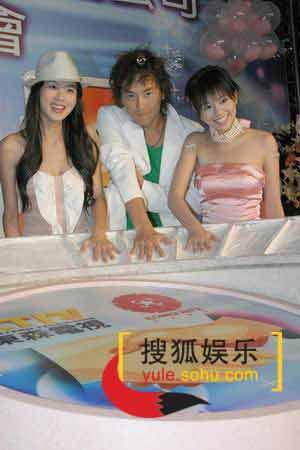 组图:杨丞琳雪儿性感出席仪式