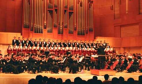 剧院乐团演奏了《红旗颂》
