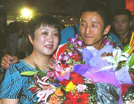 图文:奥运拳击英雄邹市明回故乡