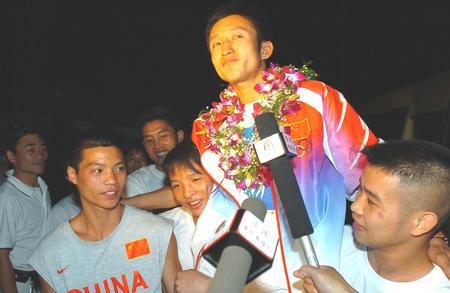 ,雅典奥运会拳击铜牌获得者邹市明(右二)回到贵阳后