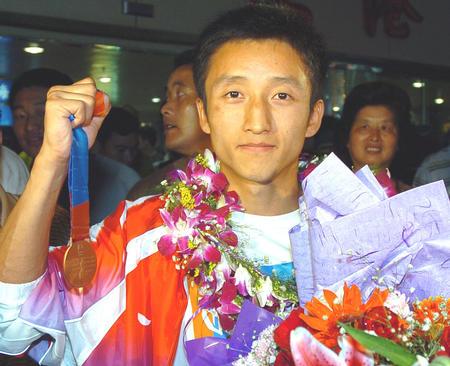 图文:奥运拳击英雄邹市明回到故乡