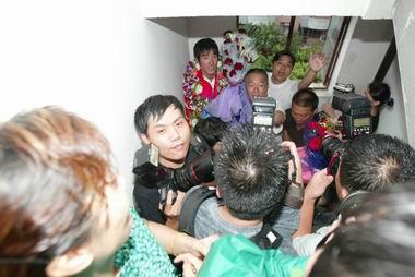 """这样的阵势把站在家门口的刘翔""""吓""""了一跳(图)"""
