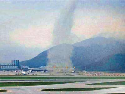 香港国际机场突起龙卷风 两货车卷上半空(图)