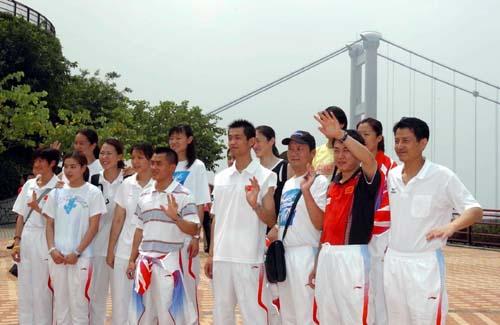 部分奥运冠军在青马大桥前合影(图)