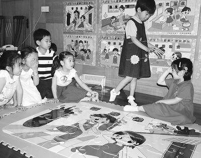 思南路幼儿园的小朋友在做情景表演(图)