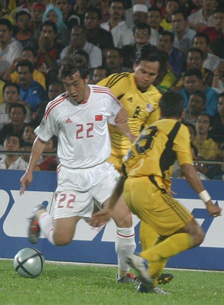 图文:中马之战中国1-0小胜 阎嵩以一敌二