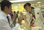 图文:奥运明星澳门行 罗微在澳门商场购物