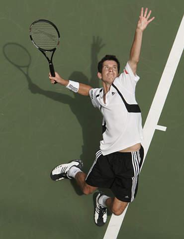 图文:亨曼首次晋级美网四强 大力发球