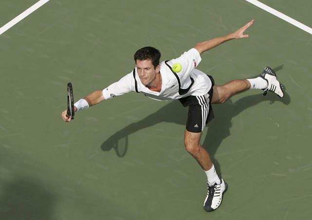 图文:亨曼首次晋级美网四强 反手回球