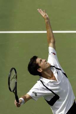 图文:亨曼首次晋级美网四强 亨曼发球