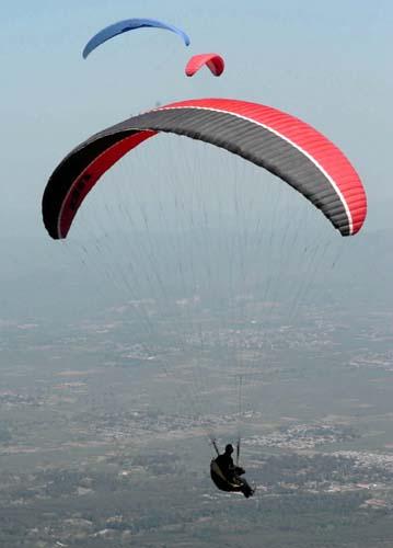 组图:国际滑翔伞比赛开幕