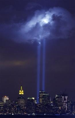 纽约纪念911三周年 两束强光追忆世贸双塔(图)