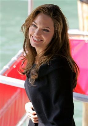 图文:安吉莉娜-朱莉迷人微笑倾倒威尼斯