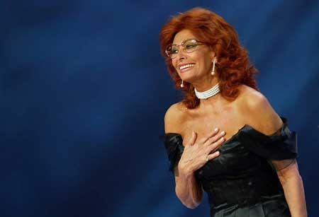 图文:意大利著名影星索菲亚-罗兰上台颁奖