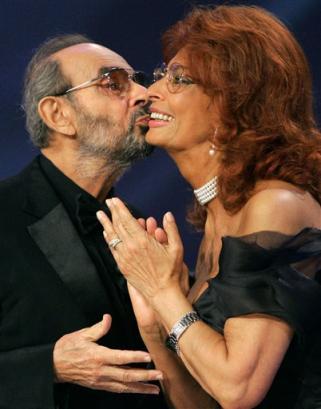 图文:斯坦利-杜南和索菲亚-罗兰台上亲吻