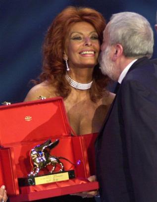 图文:索菲亚-罗兰向麦克-雷颁发金狮大奖