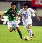图文:2004中超联赛第九轮 王新欣突破路姜防守