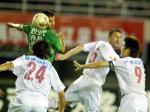 图文:2004中超联赛第九轮 深圳申花队员争顶