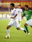 图文:2004中超联赛第九轮 徐亮带球突破