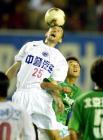 图文:2004中超联赛第九轮 现代队萨维奇争顶