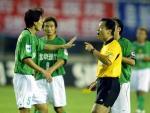 图文:2004中超联赛第九轮 辽京战主裁黄俊杰