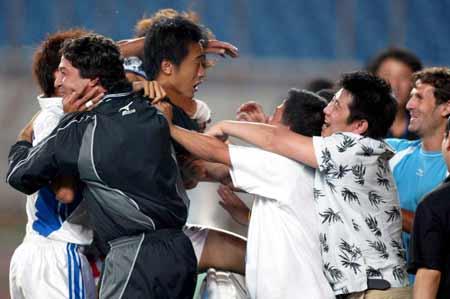 图文:第九轮重庆1-0胜沈阳 史鸣攻入致胜一球