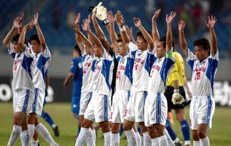 图文:第九轮重庆1-0胜沈阳 重庆队向球迷致意