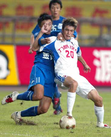 图文:第9轮重庆1-0沈阳 重庆队于洋与对手争抢