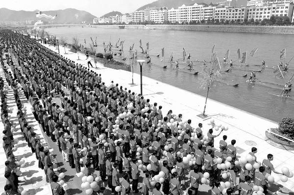 新闻频道 综合 新京报    9月12日,参加万人合唱活动的群众在浏阳河畔