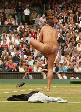 图文:裸奔者闯入法网决赛温网脱衣服