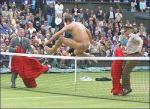 图文:裸奔者闯入法网决赛 罗伯茨裸体跨越球网