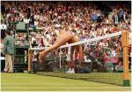 图文:裸奔者闯入法网决赛 罗伯茨飞跃球网