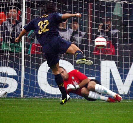 图文:G组国际米兰对战不莱梅  维埃里错失点球